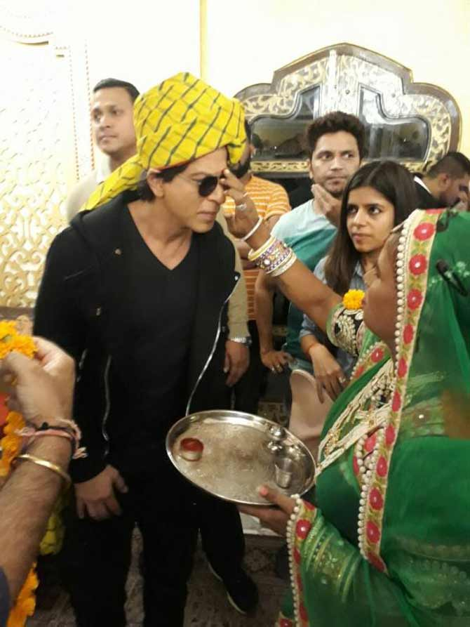 Shah Rukh Khan being greeted in traditional Rajasthani manner in Jaipur