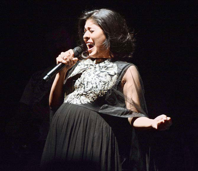 Pregnant Sunidhi Chauhan sings and flaunts her baby bump
